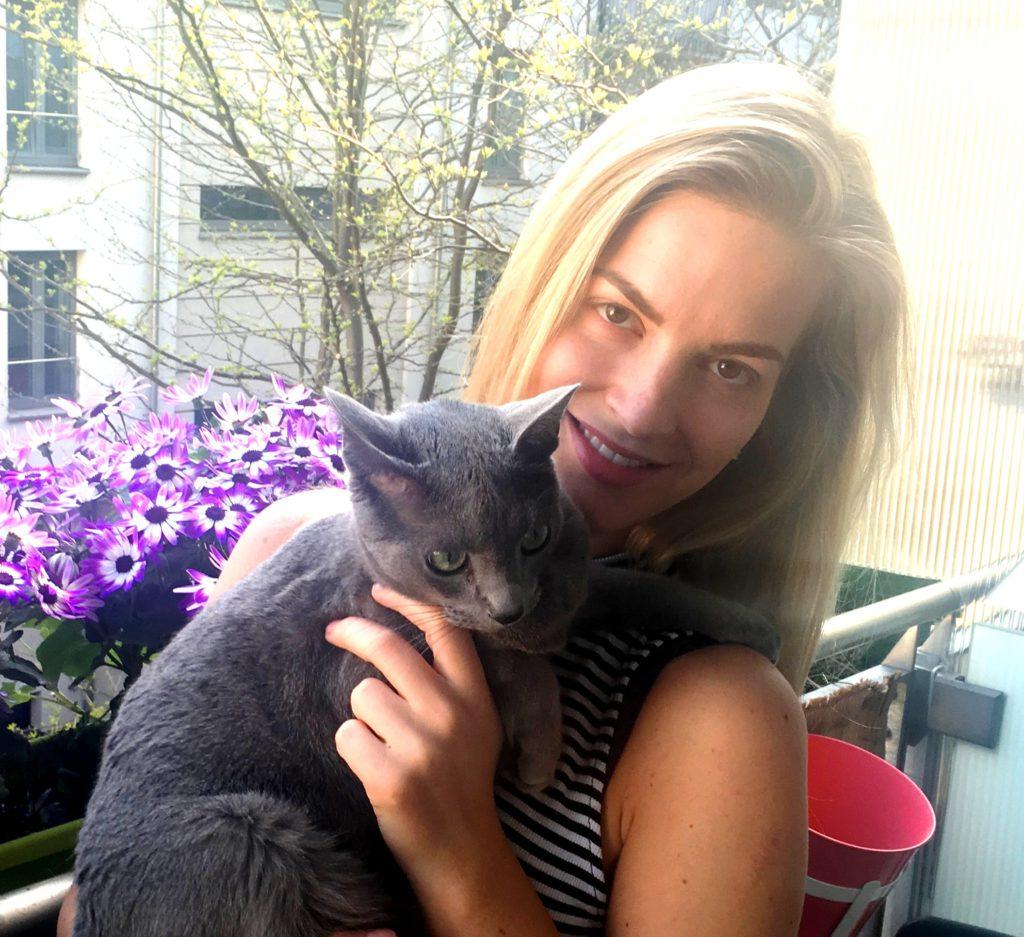 Tereza se svým kocourem Olliem